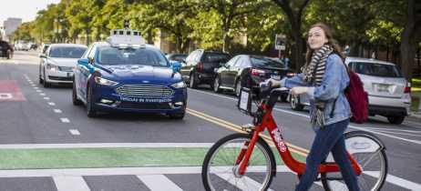 Ford começa a testar sistema de luzes para sinalização de carros autônomos