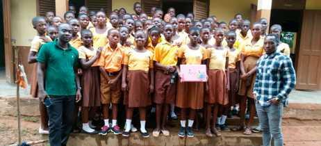 Professor de Gana que ensinava Word no quadro comemora doação de computador